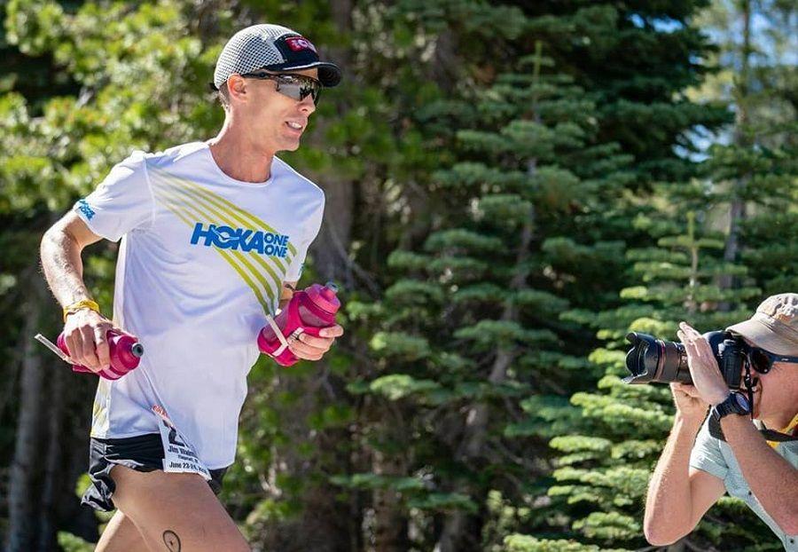 Jim Walmsley corre 80'4km a 3'36''/km y bate el récord del mundo de las 50 millas en ruta